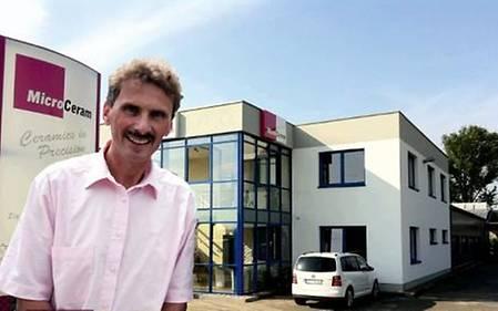 Mathias Wilde, Geschäftsführer derMicroCeramGmbH vor dem Firmensitz in Meißen